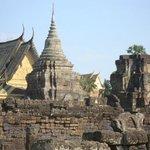 Mélange stupas anciens et temple XXe