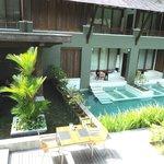 Oa quartos que têm acesso direto à piscina.