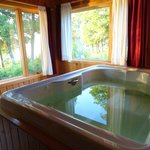 Hot Tub in Romantic Cottage