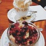 Café Vienes + Pastel de frutas rojas