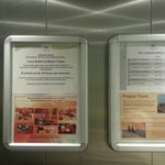 Precio de la cena buffet  e información meteorológica en ascensor.