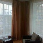 les grandes fenêtres de la chambre !