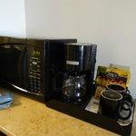 沒有熱水瓶,但有微波爐及咖啡機