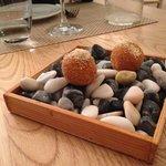 Polpettine con interno di pecorino e cipolla caramellata