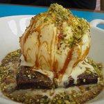 Brownie con chocolate caliente,toque de dulce de leche y pistachos