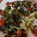 Ensalada con tomates cherris, lechuga, mermelada de arándanos, etc.