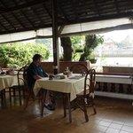 La terrasse-restaurant, au bord de l'eau.