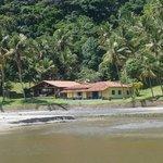 Casa particular incrustada na paisagem do local