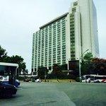 Vista da entrada principal do Hotel Park Tower à direita, anexo ao Sheraton.