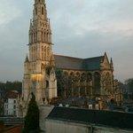 vue de la chambre, 5e étage, la basilique du Saint-Cordon de jour
