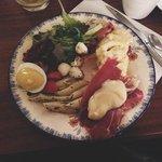 Brunch - Salade, oeuf mimosa, tomates séchées, champignons, oeufs brouillés, raclette etc...