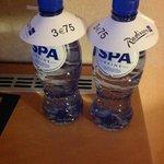 l'arnaque... le prix de la petite bouteille d'eau de Spa dans la chambre... à ce prix, buvons l'