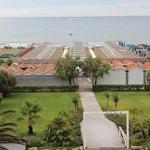 Вид из номера с балконом на пляж