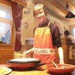 Charlotte préparant des crêpes