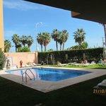 Во дворике отеля бассейн, если перейти дорогу - пляж