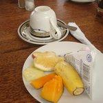 assiette de fruits au petit déjeuner