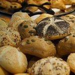 Variétés de petits pains BIO sur le buffet du petit-déjeuner