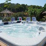 Spa américain au bord de la piscine d'été