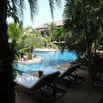 Schöner Pool mit Liegen und Sonnenschirmen