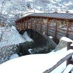 Ponte di legno coperto sul torrente Artanavaz che scorre di fronte all'hotel