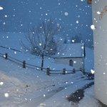Una nevicata fuori dall'ingresso del maso