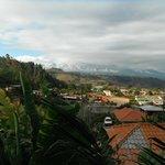 Vue de notre chambre sur la ville et les volcans