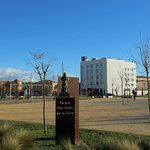 Das Hotel liegt direkt an einem Park