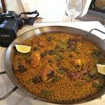 Buena paella tradicional, una pizca pasado el arroz pero muy potente de sabor.