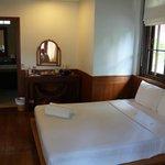 В бунгало две кровати: одна двуспальна, другая односпальная