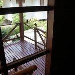 Вид из окна на терассу бунгало
