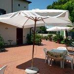 terrazza con spazio sdrai, ombrelloni e tavoli
