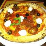 pizza con ingredienti a fine cottura