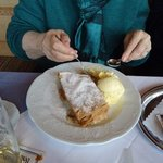 appfelstrudel with ice cream.....