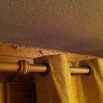Fenêtre dans salle principale : nid à poussière.