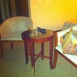 Шатающийся столик с ободранной ножкой - вот такая мебель с самом дорогом номере джуниор сьют