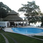 area de piscina, bar y restaurante