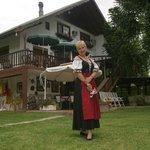 Das Alpenhaus, auch mit Tracht in Argentinien