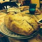 Pane appena sfornato, di farine integrali, senza glutine...........