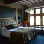 Herrliches Zimmer mit viel Platz, großem Fenster zum Schlosspark. [aufgenommen: 02.03.14-17:29