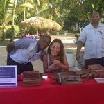 Clase de Cultura Dominicana, armando habanos... El arte de hacer un puro...