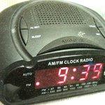 Rádio relógio sujo de pó