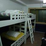 Habitación alargada de 4 literas.