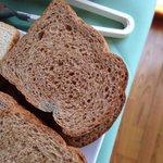 Pão servido no café da manhã com bolor - INACEITÁVEL.