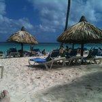 l'incroyable plage avec son eau turquoise et son sable incroyablement propre