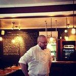 Le chef, Jason Nelson