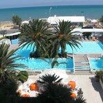 Hotel con due piscine e di fronte al mare