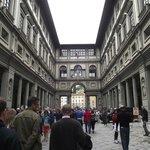 Vista da Galeria degli Uffizi com seus corredores e esculturas nas fachadas