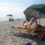 Supervarmt på gratis strandseng og parasol på stranden 1 min fra vores værelse