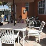 Hyggelig patio med stor Gassgril og effektivt Wifi ( virkede også på værelset)