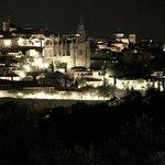 Вид на ночной город из окна с приближением
